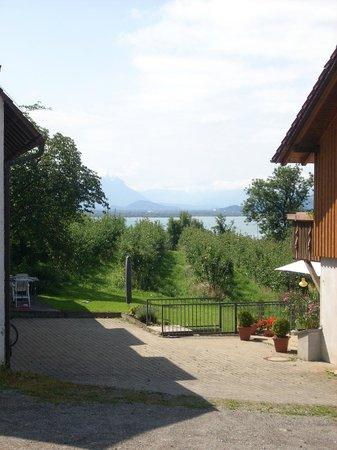 Gastehaus uber dem See: Blick vom Balkonzimmer auf den Bodensee und in die Alpen in der Ferienwohnung Maxi