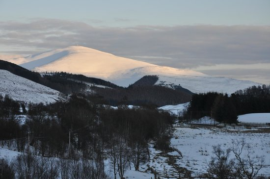 Dalhenzean Lodge: A snowy Mount Blair from the pink room window