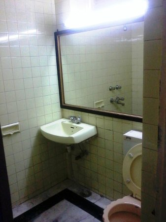 Hotel Madhuban: View of the Bathroom