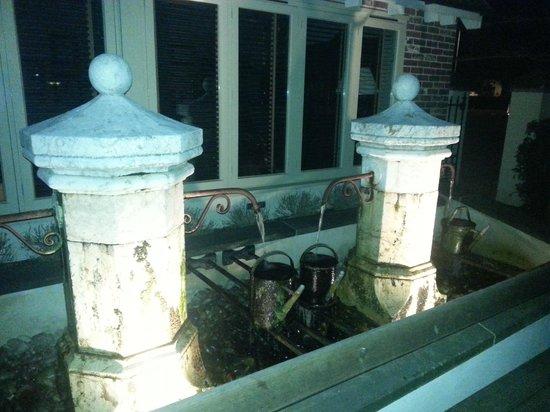 Lion Inn: La fontana esterna