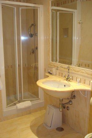 Hotel Eliseo: bathroom - very big one