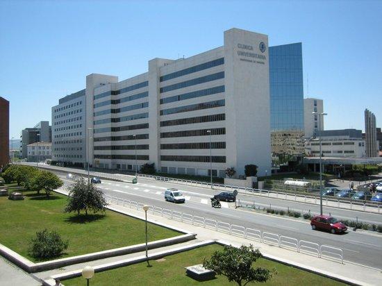 Hostal Abodi: Vista de la Clínica Universidad de Navarra desde una de las entradas