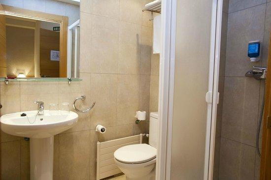 Hostal Abodi: Baño con ducha en habitación doble