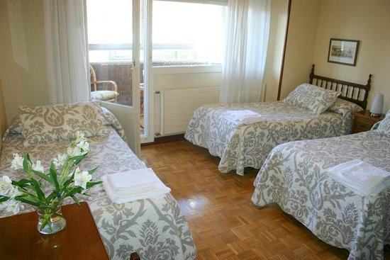 Hostal Abodi: Habitación para 3 personas con terraza