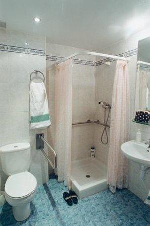 Hostal Abodi: Baño de habitación doble con ducha