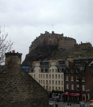 Apex City of Edinburgh Hotel: View of the castle from my room