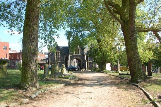 Warstone Lane Cemetery: 時計塔のある通りに出られる出入り口付近の眺め