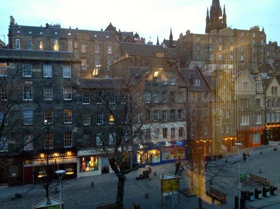 Apex City of Edinburgh Hotel: View of Grassmarket from 3rd floor