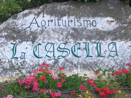 Agriturismo La Casella : nome sulla roccia (all'entrata del parcheggio)