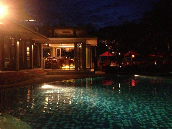 Kuta Seaview Boutique Resort & Spa : Pool night