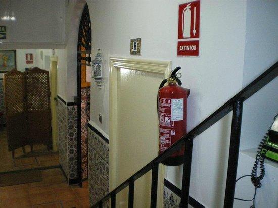 Hostal Generalife: entrada habitaciones