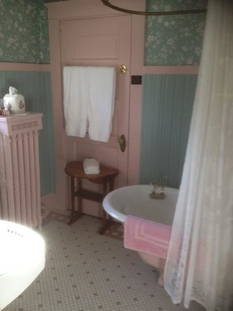 Dreams of Yesteryear: Isabella suite attached private bathroom