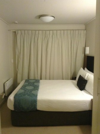 Auckland Takapuna Oaks: bedroom, looks small but bed was huge and comfortable