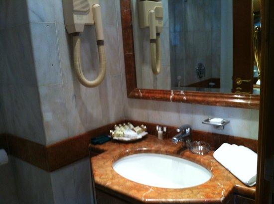 Madina Oberoi: Bathroom