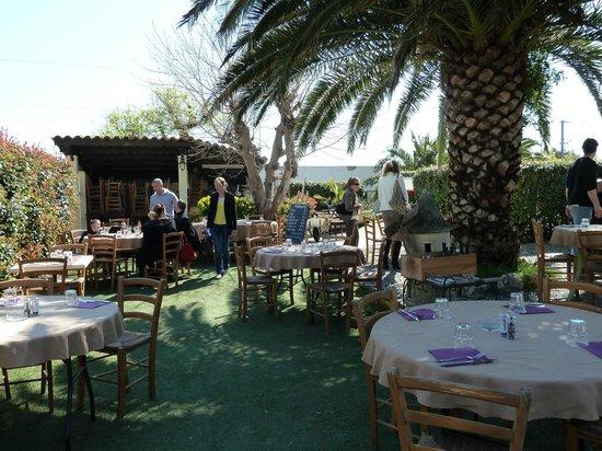 Brasserie Les Touristes: Jardin du Restaurant ou l'on mange dehors