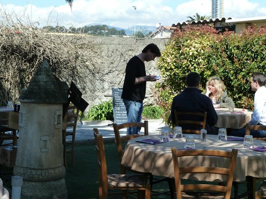Jardin du restaurant photo de brasserie les touristes for Brasserie le jardin