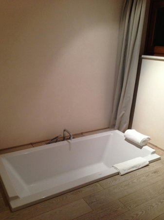 La Bandita: Bathtub in groundfloor suite