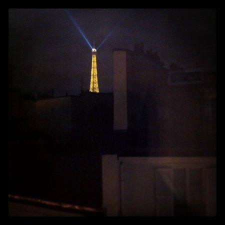 Hotel Eiffel Turenne: Vista de noche