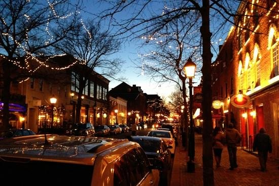 Holiday Inn Hotel & Suites Alexandria - Old Town: Old Town area at night
