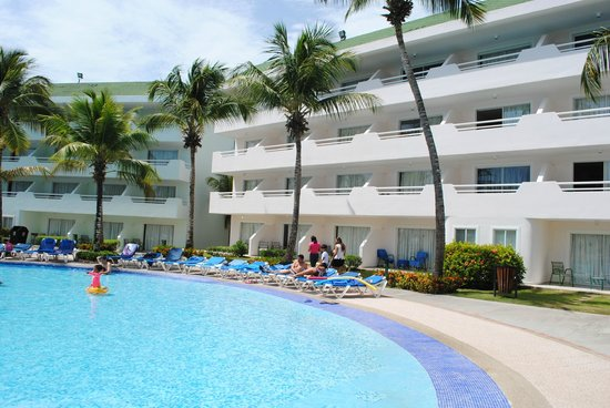 SunSol Isla Caribe: The pool area, rooms in the background
