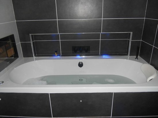 Cranleigh Boutique: Spa bath