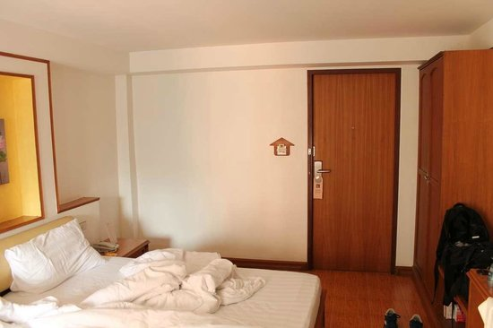 KC Place Hotel Pratunam: Комната с низкими потолками