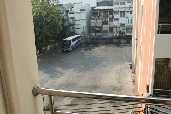 KC Place Hotel Pratunam: Окна комнаты выходят на автобусную стоянку, очень шумно