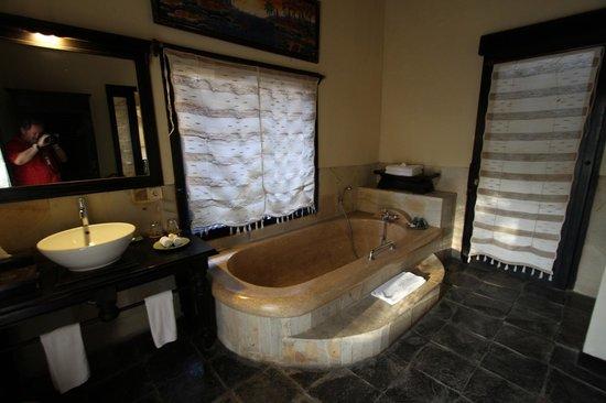 Furama Villas & Spa Ubud: La salle de bains