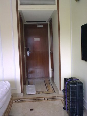 Residency Hotel Andheri: Passage into the room