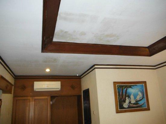 Kuta Beach Club Hotel: Mould on the ceiling