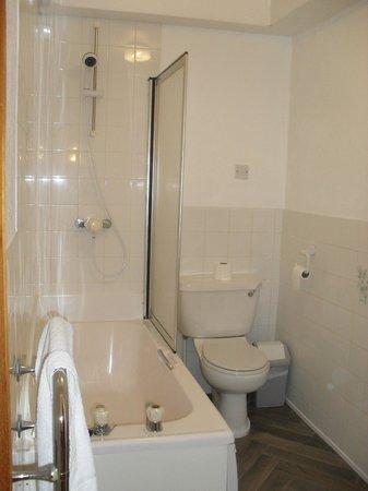 The Headlands : 2nd Floor - B16 Bathroom