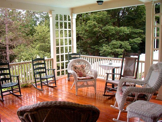 Bryn Brooke Manor : Our breezy porch. Enjoy another cup of coffee here.