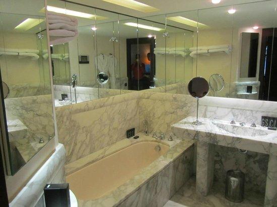Hotel Square: Marble batrhoom