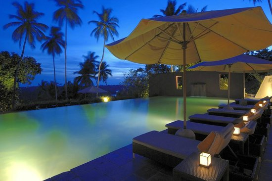 Kahanda Kanda: Swimming Pool at night