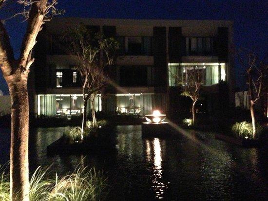 NIZUC Resort and Spa : reflection pool at night
