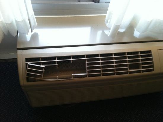 Seralago Hotel and Suites: broken air conditioner