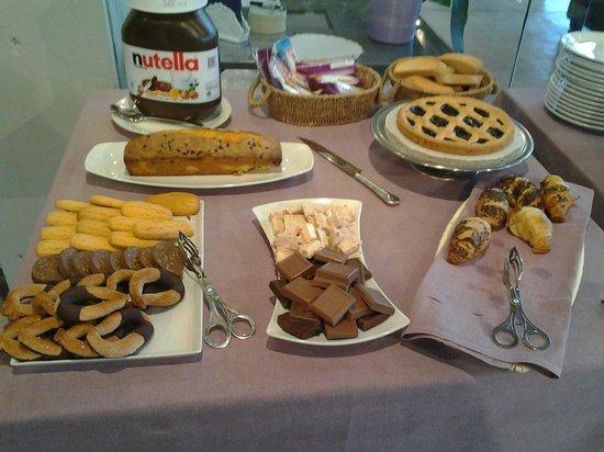 Albergo Cantine Ascheri: uno dei tavoli della colazione