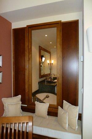 The St. Regis Mardavall Mallorca Resort: Blick von der Suite ins Badezimmer