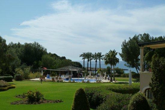 The St. Regis Mardavall Mallorca Resort: Blick vom Balkon zum Kinderpool