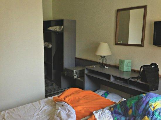 Hotel Bollaert: enges und kleines Zimmer