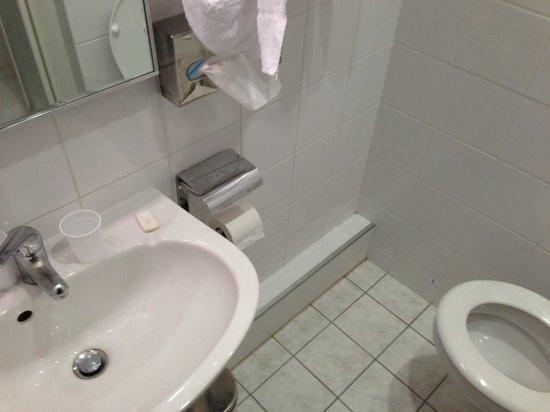 Hotel Bollaert: Dreck in der Ecke im Bad 3