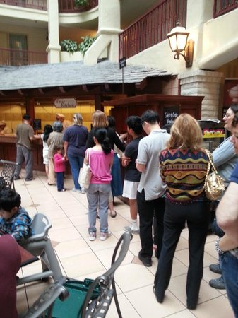 Embassy Suites by Hilton Arcadia Pasadena Area: Line-up to breakfast