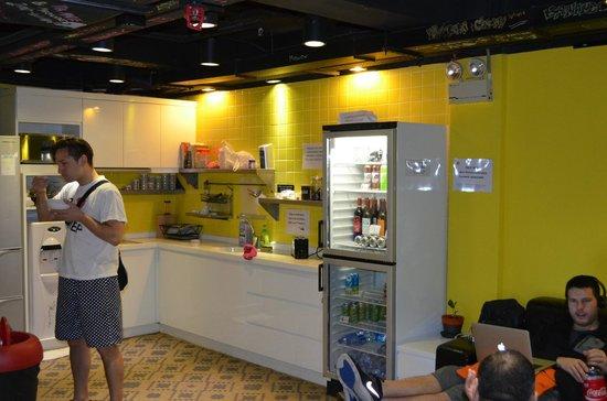 Yesinn Causeway Bay: kitchen and lounge