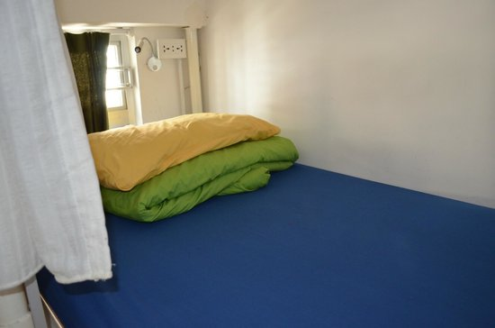 Yesinn Causeway Bay: bed with bright colors sheets
