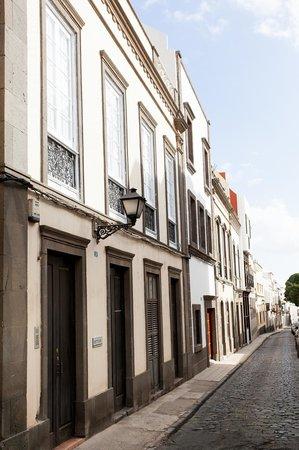 Ecohostel Canarias Bettmar: Entrada del Hostel en una de las emblemáticas calles de Vegueta (casco histórico de Las Palmas G