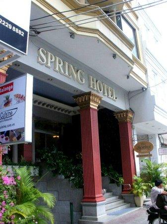 Spring Hotel: 外観にも清潔感が感じられます。