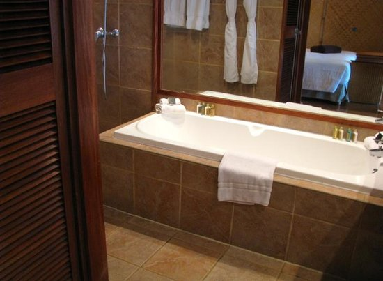 InterContinental Moorea Resort & Spa: Bathtub in premium beach bungalow