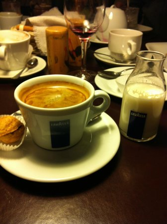 Senoji Trobele: Loved Little Milk bottle served with my Coffee :) Too Cute