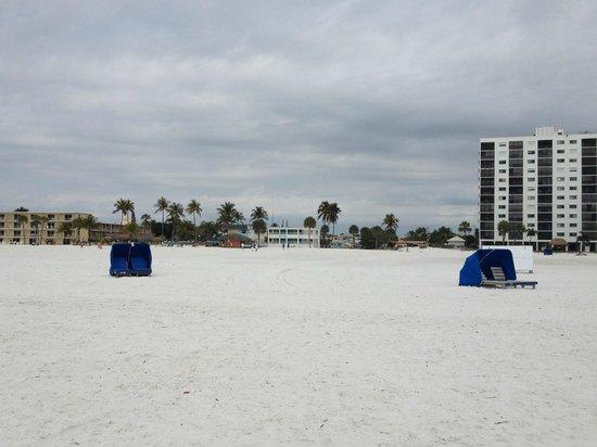 Carousel Inn on the Beach: Beach view of hotel