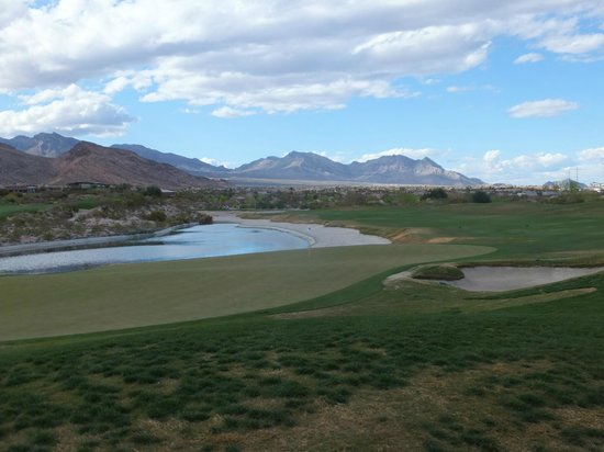 Bear's Best Las Vegas: view on the 18th, and patches of grass near the trap